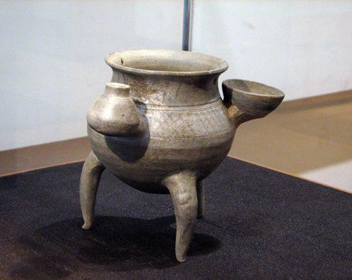 A three-legged gray pottery from Khorvin